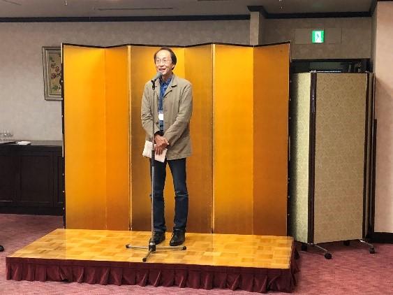 挨拶される松田素二以文会長